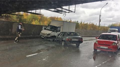 Под мостом в Новосибирске автомобили остались без колес