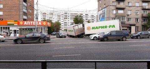 Огромная пробка сковала улицы Владимировскую и Дуси Ковальчук