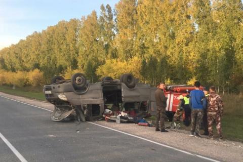 Микроавтобус перевернулся на трассе под Новосибирском
