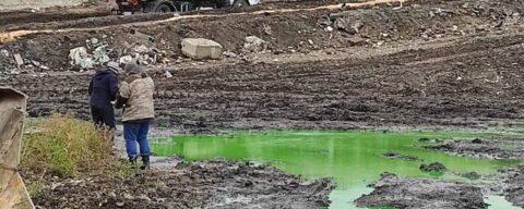 Зеленая жидкость неизвестного происхождения появилась на полигоне в Новосибирске
