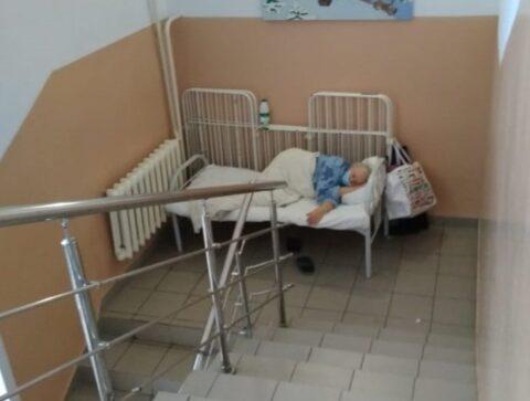 В Новосибирской области пациенты с коронавирусом лежат на лестнице