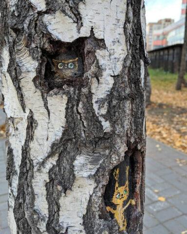 Художница нарисовала зверей в дуплах деревьев новосибирского сквера