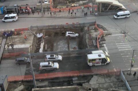 В Новосибирске внедорожник упал в яму возле метро «Золотая нива»