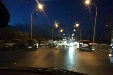 Массовое ДТП в Новосибирске создало пробку на Винаповскому мосту