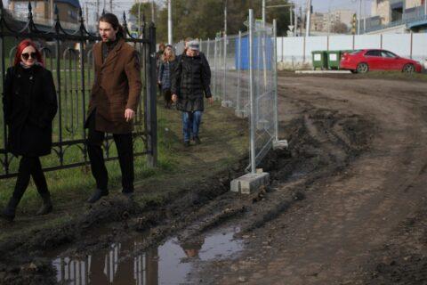 Перекрыли тротуар возле парка «Городское начало» в Новосибирске
