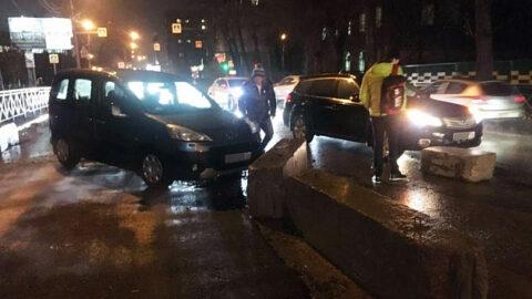 Две иномарки разбились о бетонные блоки в Новосибирске