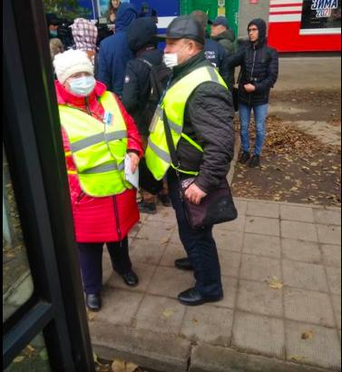 Полиция Новосибирска штрафует водителей автобусов за пассажиров без масок