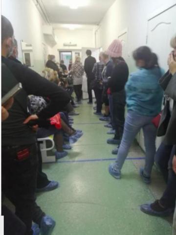 Новосибирцы по 10 часов стоят в очереди в поликлинике