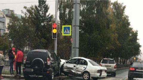 ДТП в центре Новосибирска: машины вылетели на аллею
