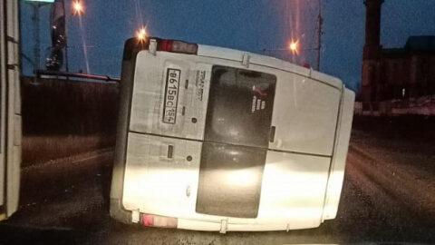 Автомобиль лег на бок в ДТП в Новосибирске