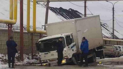 Грузовик колёсами провалился «в текстуры» на улице Новосибирска