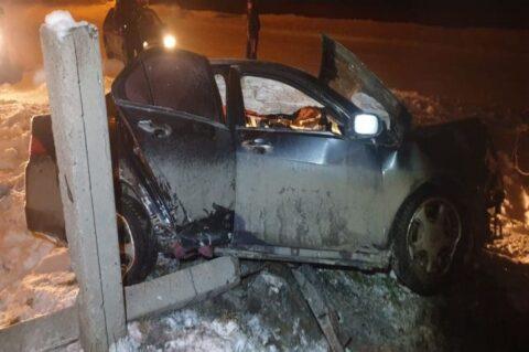 В Новосибирской области автомобили врезался в опору ЛЭП