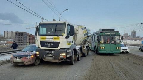 ДТП в Новосибирске: на мосту собралась пробка