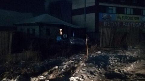 В Новосибирске пьяный водитель врезался в забор жилого дома