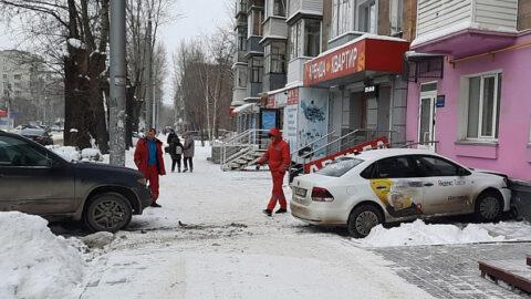 В Новосибирске таксист врезался в дом