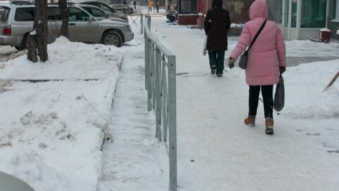 Забор прямо посреди тротуара поставили в Новосибирске