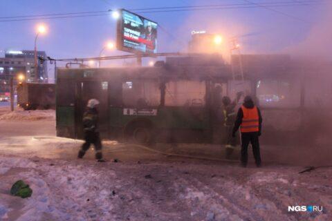 Троллейбус загорелся на площади Маркса в Новосибирске