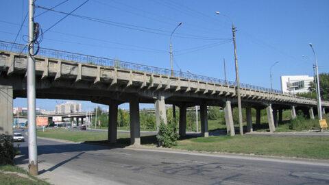 В Новосибирске отремонтируют пешеходный мост через Каменку