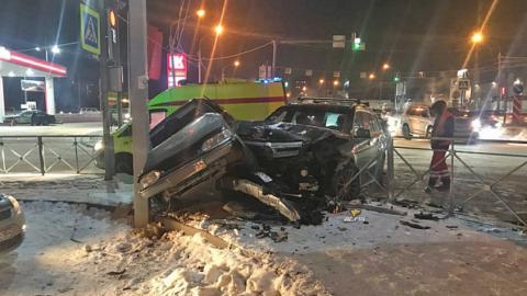 В Новосибирске автомобиль влетел в столб после тройного ДТП