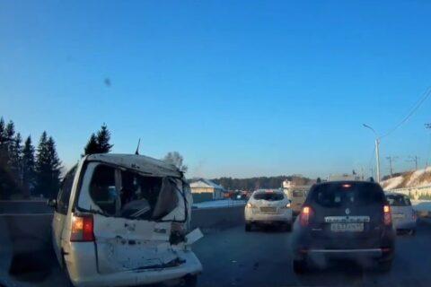 Грузовик столкнулся с четырьмя авто на Бердском шоссе