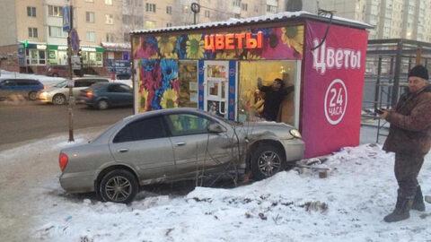 ДТП в Новосибирске: Nissan протаранил цветочный киоск