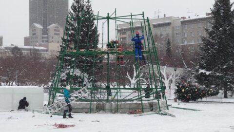 Власти Новосибирска начали устанавливать главную городскую елку
