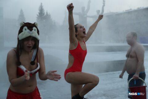 """Новосибирские """"моржи"""" облили себя водой в 35-градусный мороз на площади Ленина"""