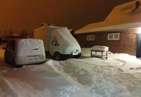 В Новосибирске машины завалило снегом после ночного снегопада