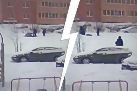 В Новосибирске на детской площадке мужчина помог сыну избить маленького ребенка