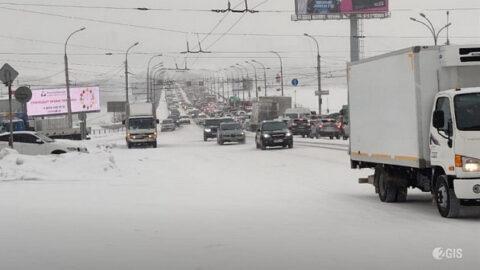 ДТП на Октябрьском мосту в Новосибирске - фура перегородила движение