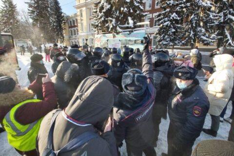 В центре Новосибирска собрались ОМОН и автозаки
