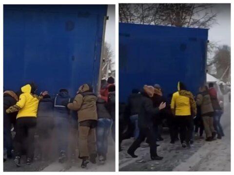 В Новосибирске на Бердском шоссе фура перекрыла проезд - ее сдвинула толпа водителей