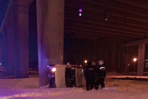 На улице Ипподромской в Новосибирске в столб врезалась машина каршеринга