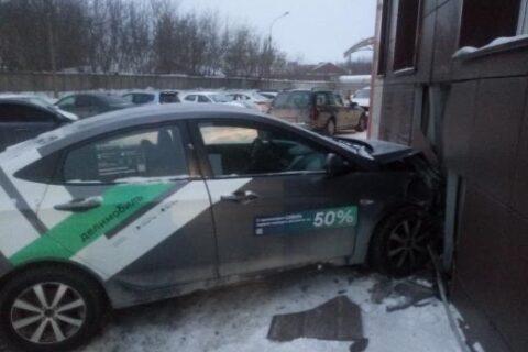 В Новосибирске машина каршеринга врезалась в магазин