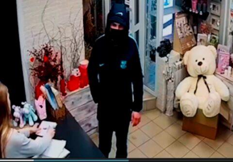 Полиция Новосибирска ищет мужчину, ограбившего цветочный магазин