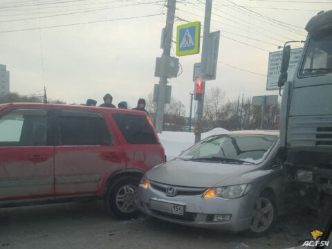 В Новосибирске на ул. Станционной из-за аварии перекрыто несколько полос движения