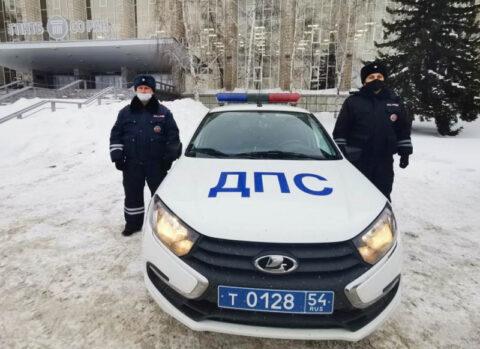 Новосибирские инспекторы помогли водителю, которому оторвало большой палец