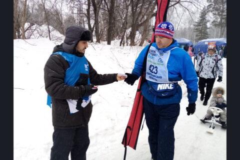 На «Лыжне России» в Новосибирской области участникам раздавали валентинки