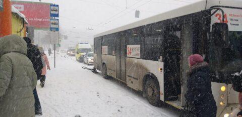 На остановке в Новосибирске мужчина попал под колеса автобуса