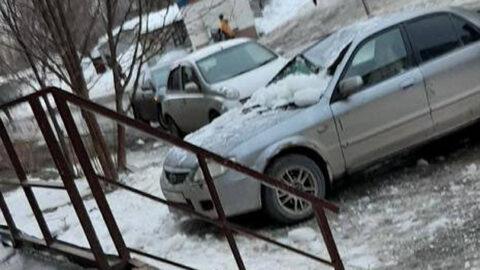 В Новосибирске снег с крыши повредил автомобиль