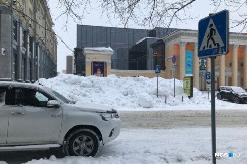 Пешеходный переход в центре Новосибирска засыпали снегом
