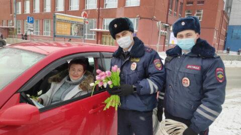 Новосибирские Госавтоинспекторы дарили женщинам цветы