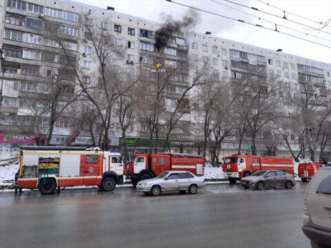 В Новосибирске на восьмом этаже загорелась квартира