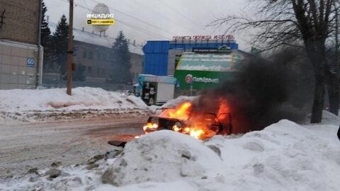 В Новосибирске загорелся автомобиль
