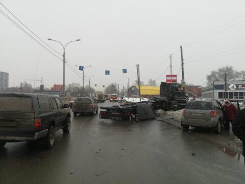 В Новосибирске из-за аварии парализовано движение по Мочищенскому шоссе