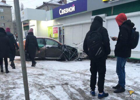 В Новосибирске автомобиль каршеринговый службы врезался в торговый павильон