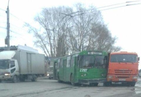 В Новосибирске столкнулись троллейбус и КамАЗ