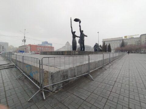 В Новосибирске на площади Ленина поставили ограждения