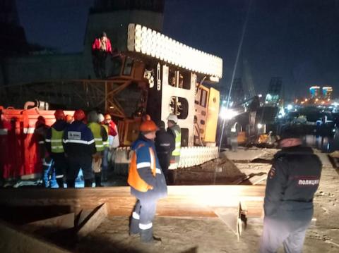 На стройке четвертого моста в Новосибирске перевернулся кран с рабочим