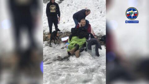 Житель Новосибирска провалился под лед, спасая тонущего рыбака.